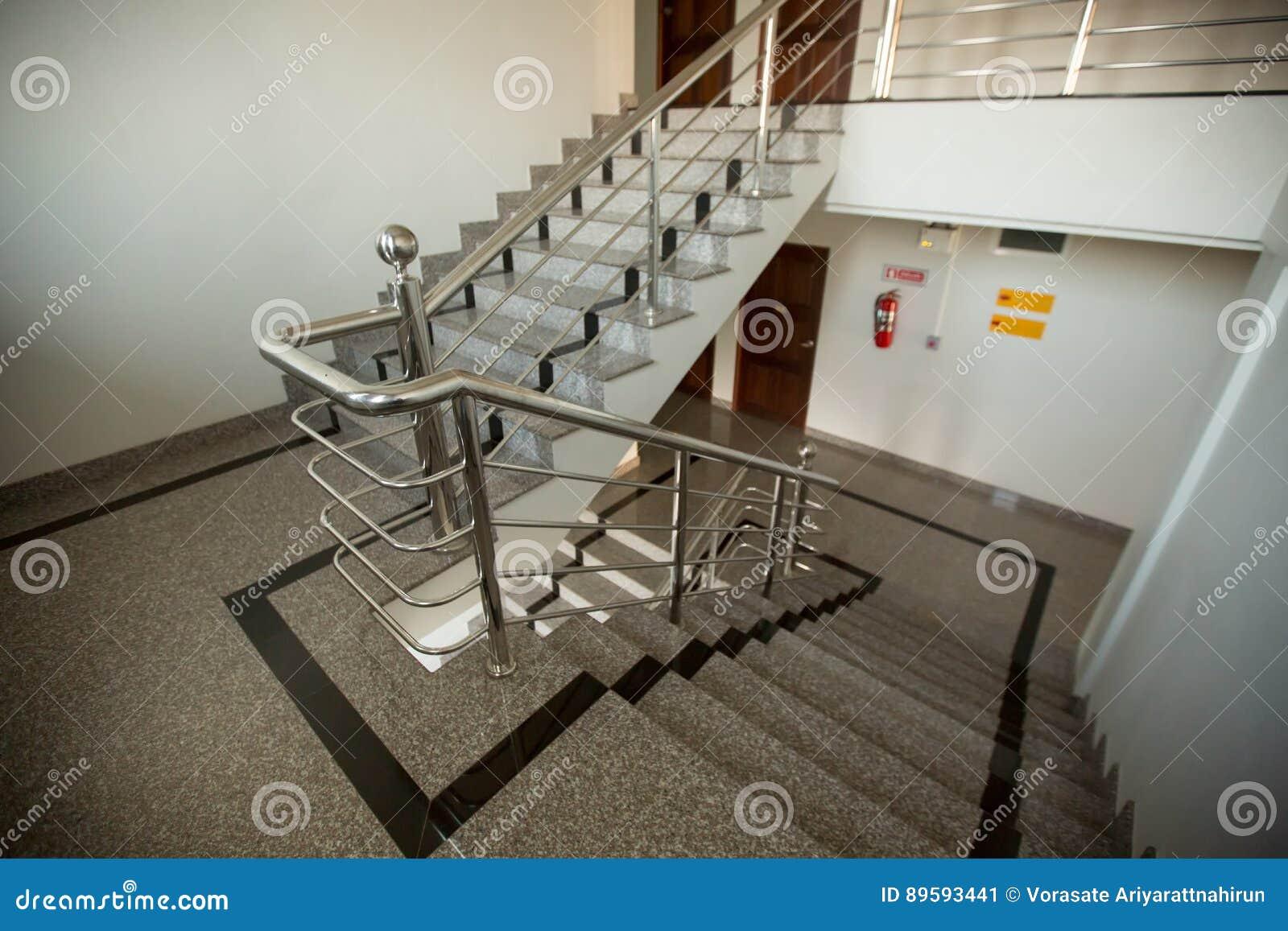 Escalera Interior Del Granito Con La Barandilla Del Acero Inoxidable