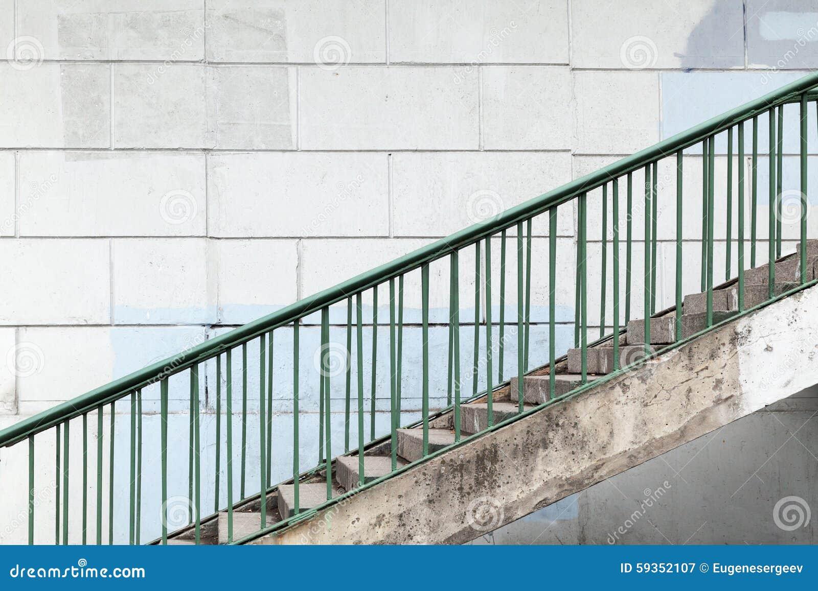 escalera urbana con las verjas verdes del metal foto de archivo