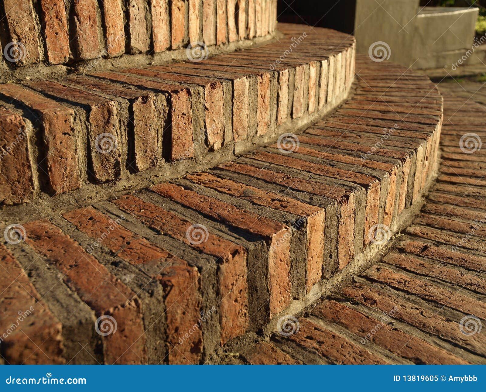 Escaleras circulares del ladrillo de imagen de archivo for Como hacer una escalera de cemento