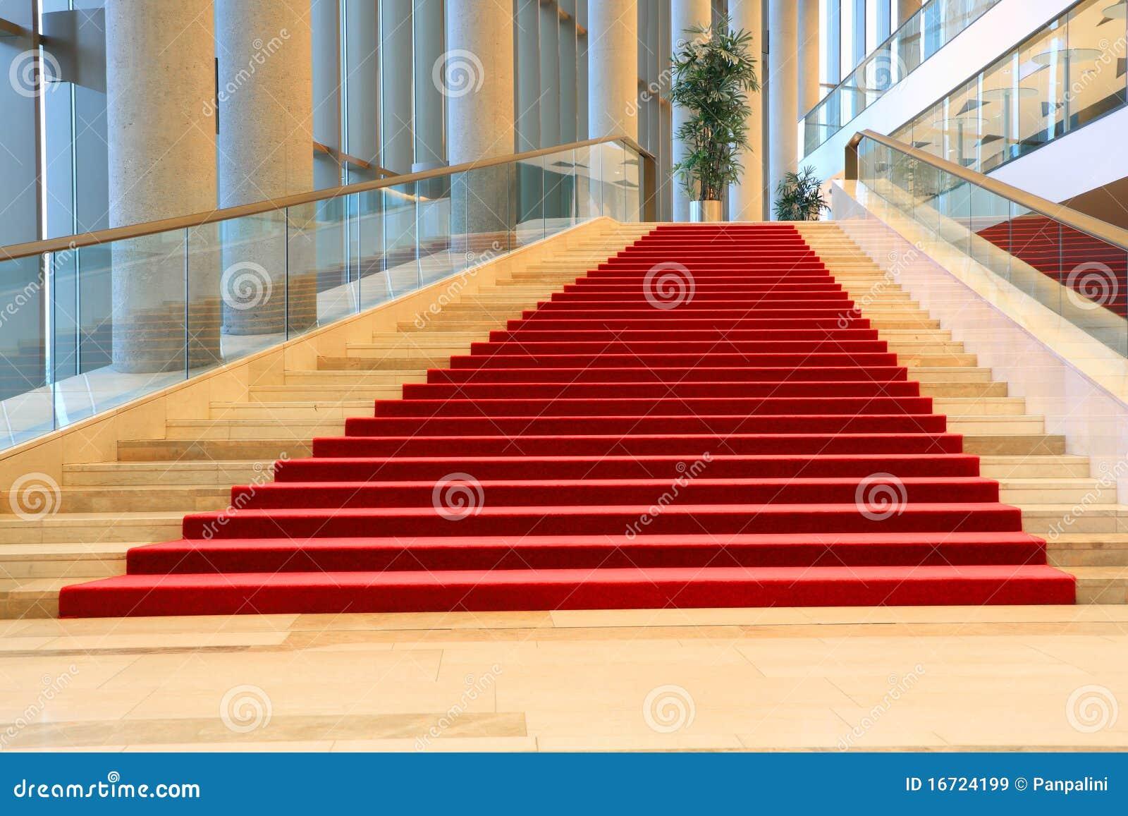 Escaleras con la alfombra roja im genes de archivo libres for Escaleras con alfombra