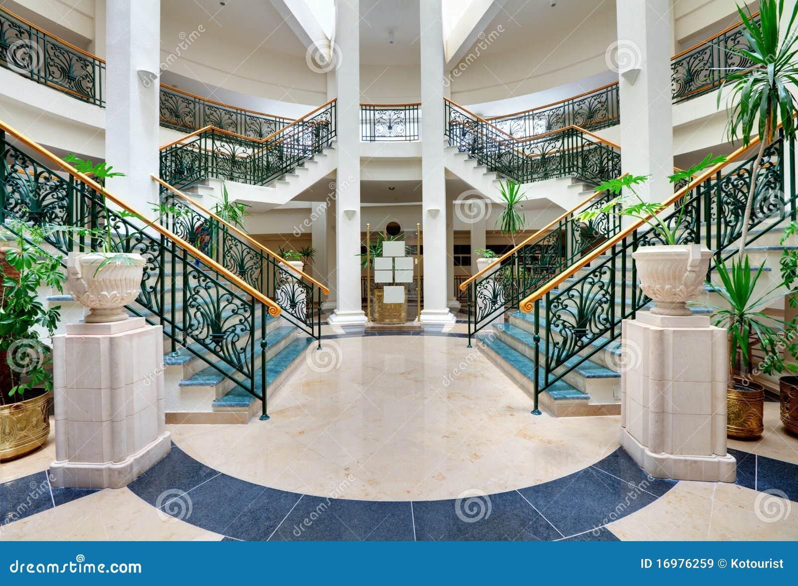 Escaleras con las barandillas forjadas im genes de archivo for Hotel design genes