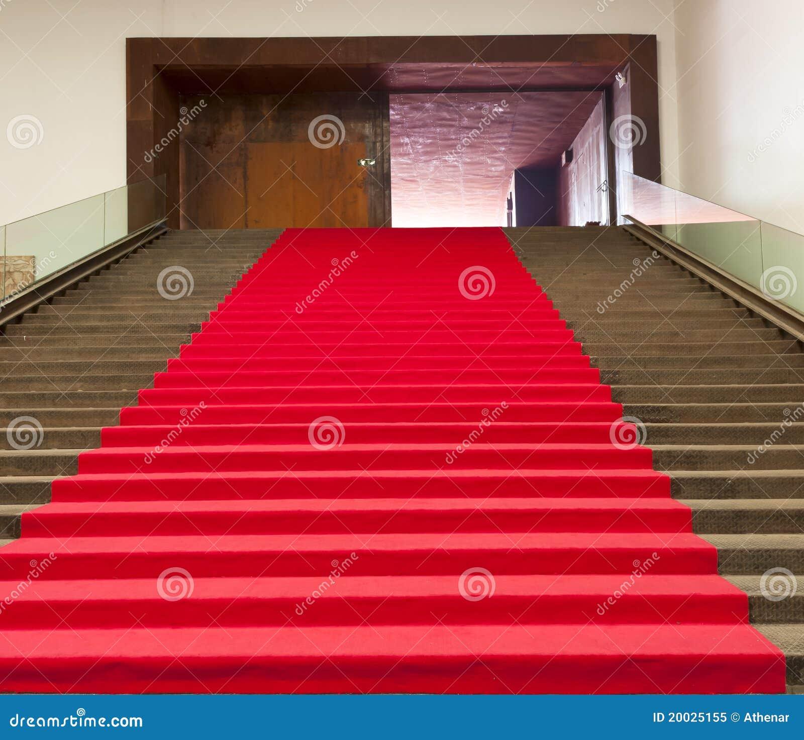 Escaleras cubiertas con la alfombra roja foto de archivo for Alfombra persa roja