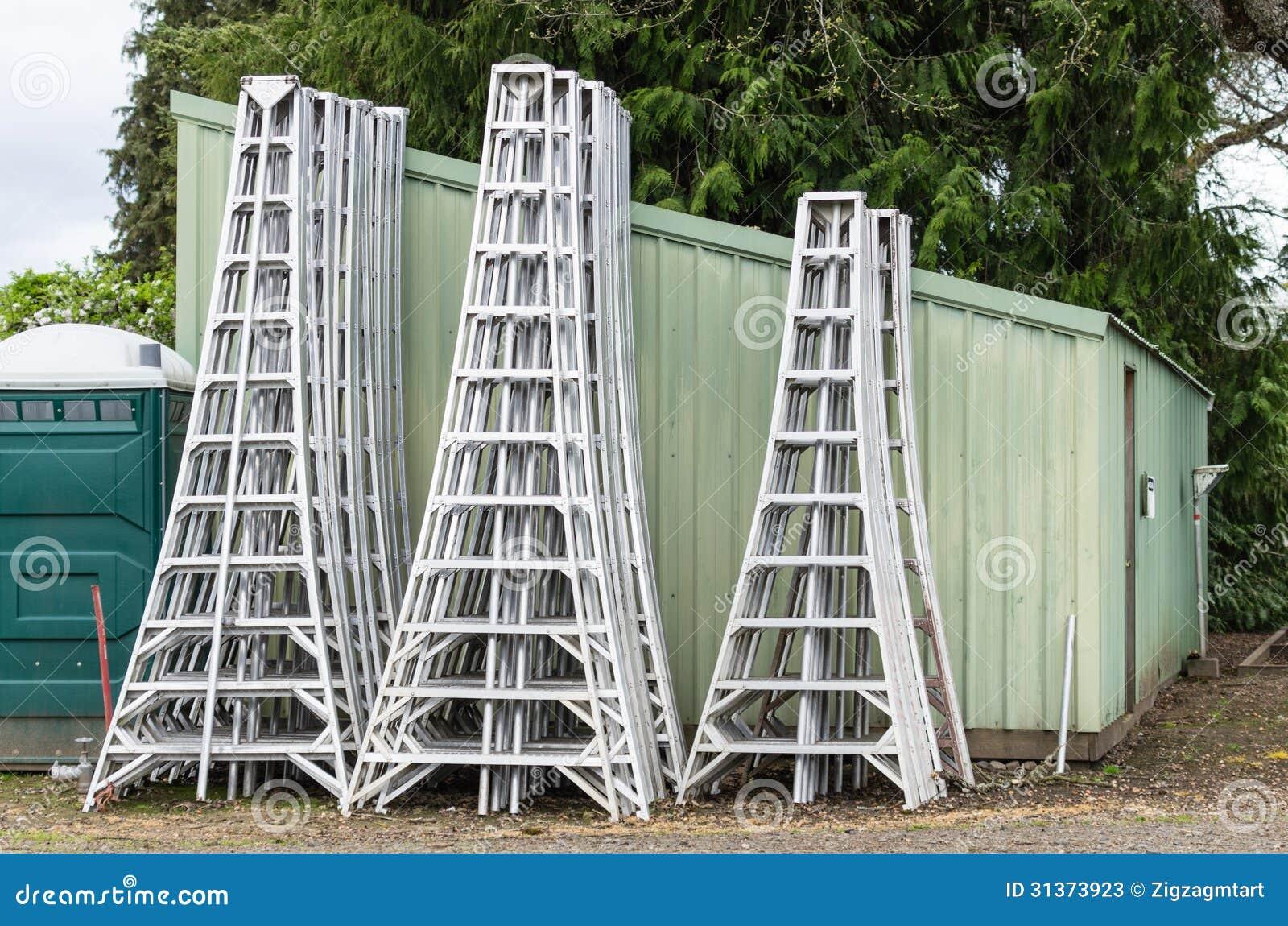 escaleras de aluminio de la cosecha almacenadas por una