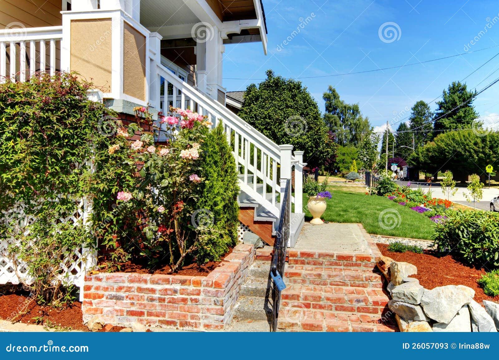 Escaleras de la entrada de la casa del ladrillo imagen de for Escaleras entrada casa