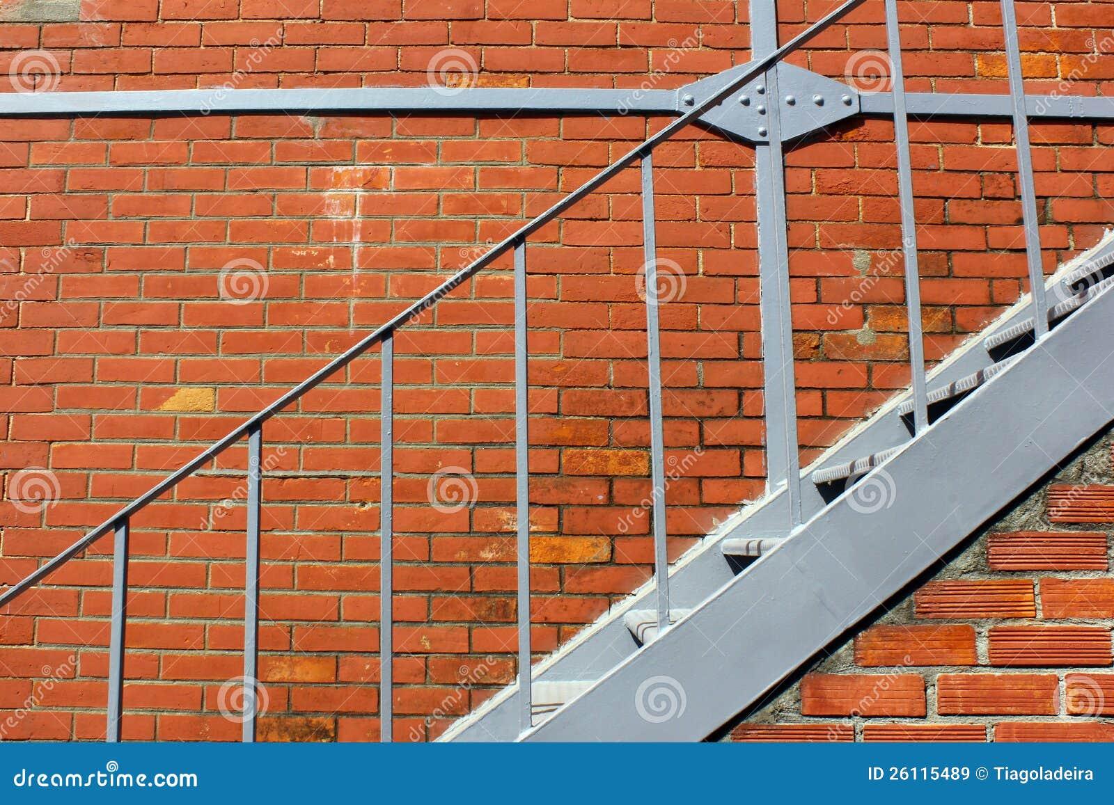 Escaleras de la pared de ladrillo y del hierro im genes de - Escaleras de ladrillo ...