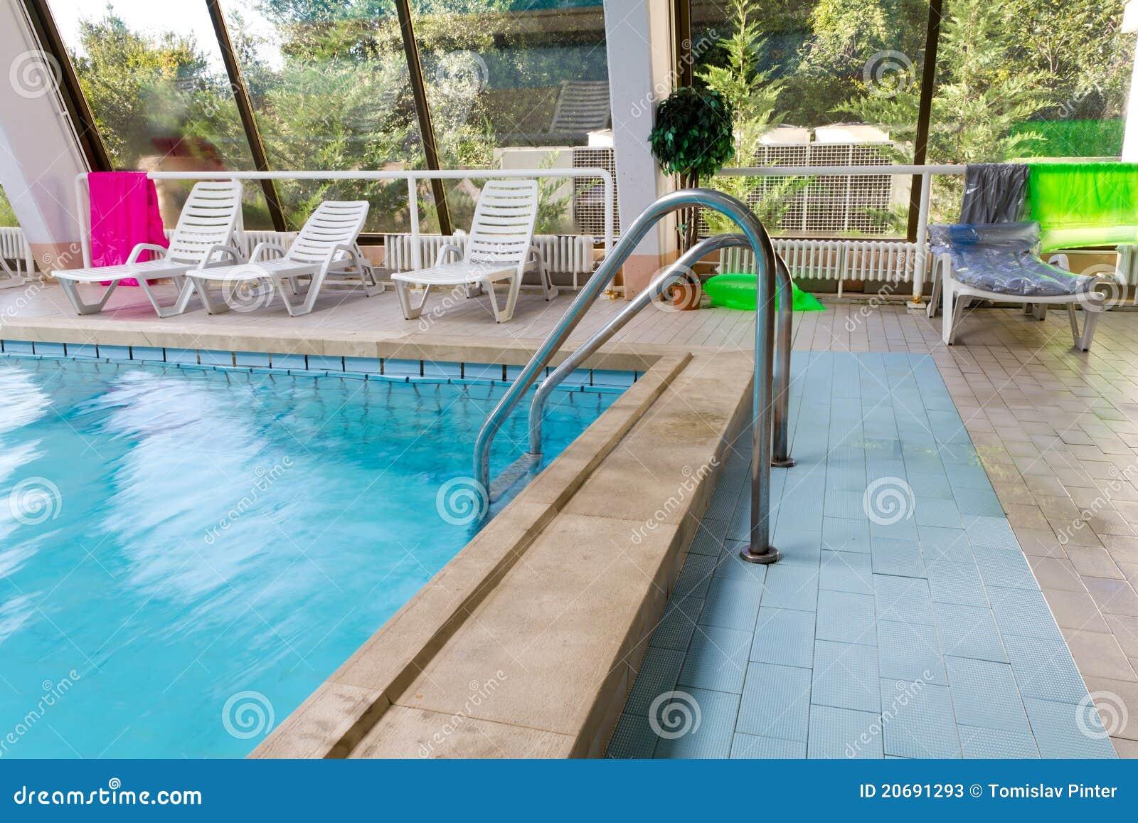 Escaleras de la piscina fotos de archivo imagen 20691293 for Escaleras de piscina