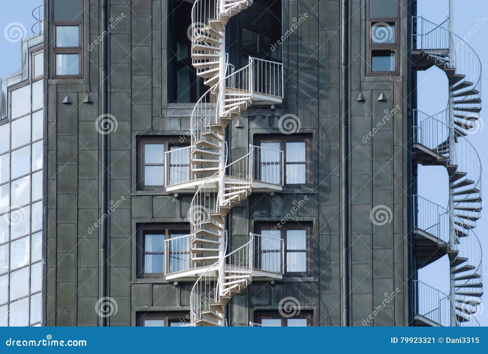 Escaleras de la salida de incendios de la emergencia en un for Exterior edificios