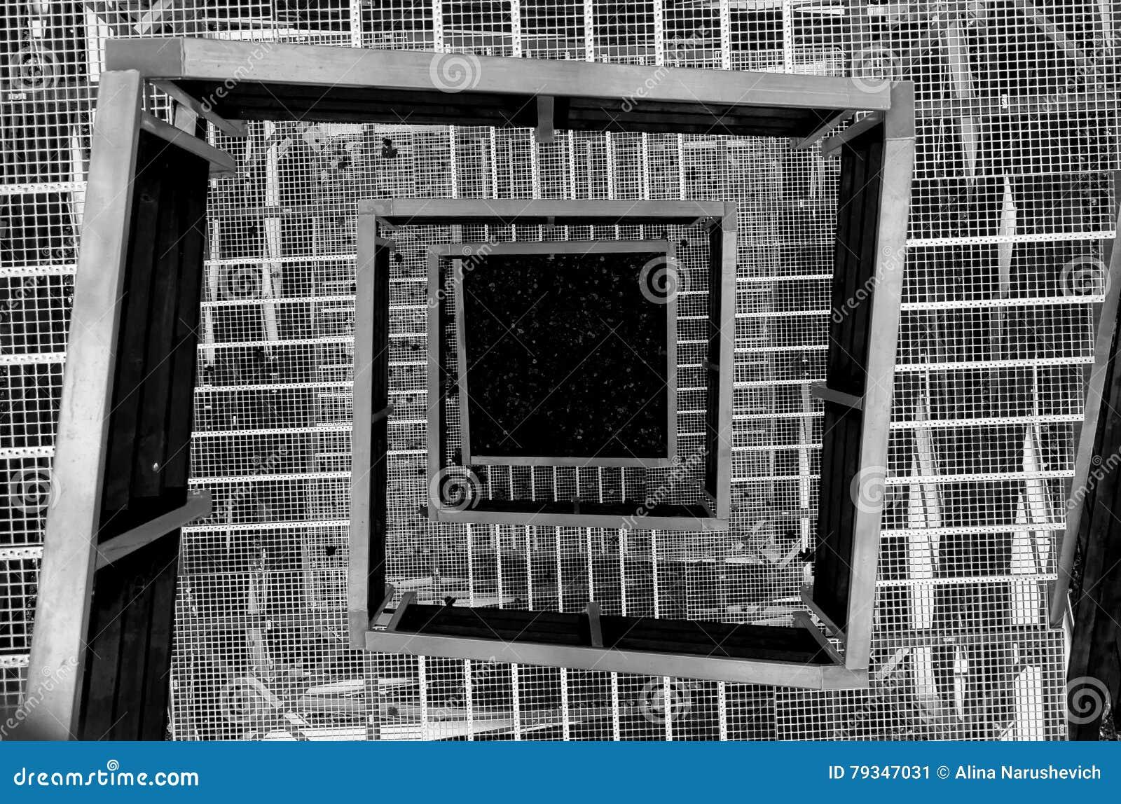 escaleras de la torre hechas del metal y de la madera