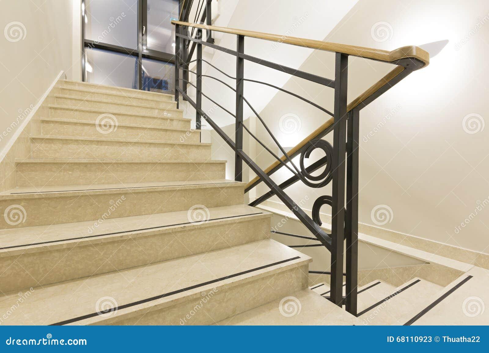 Escaleras de m rmol de lujo en pasillo del hotel foto de for Escaleras de marmol