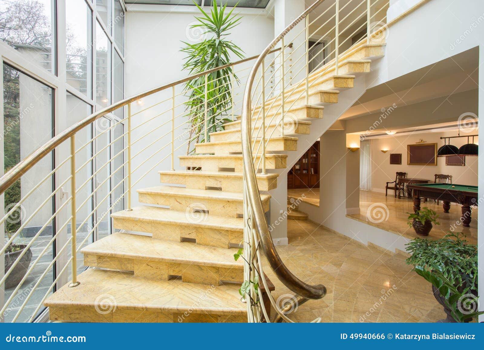 Escaleras de m rmol dentro de la casa costosa foto de for La casa de las escaleras