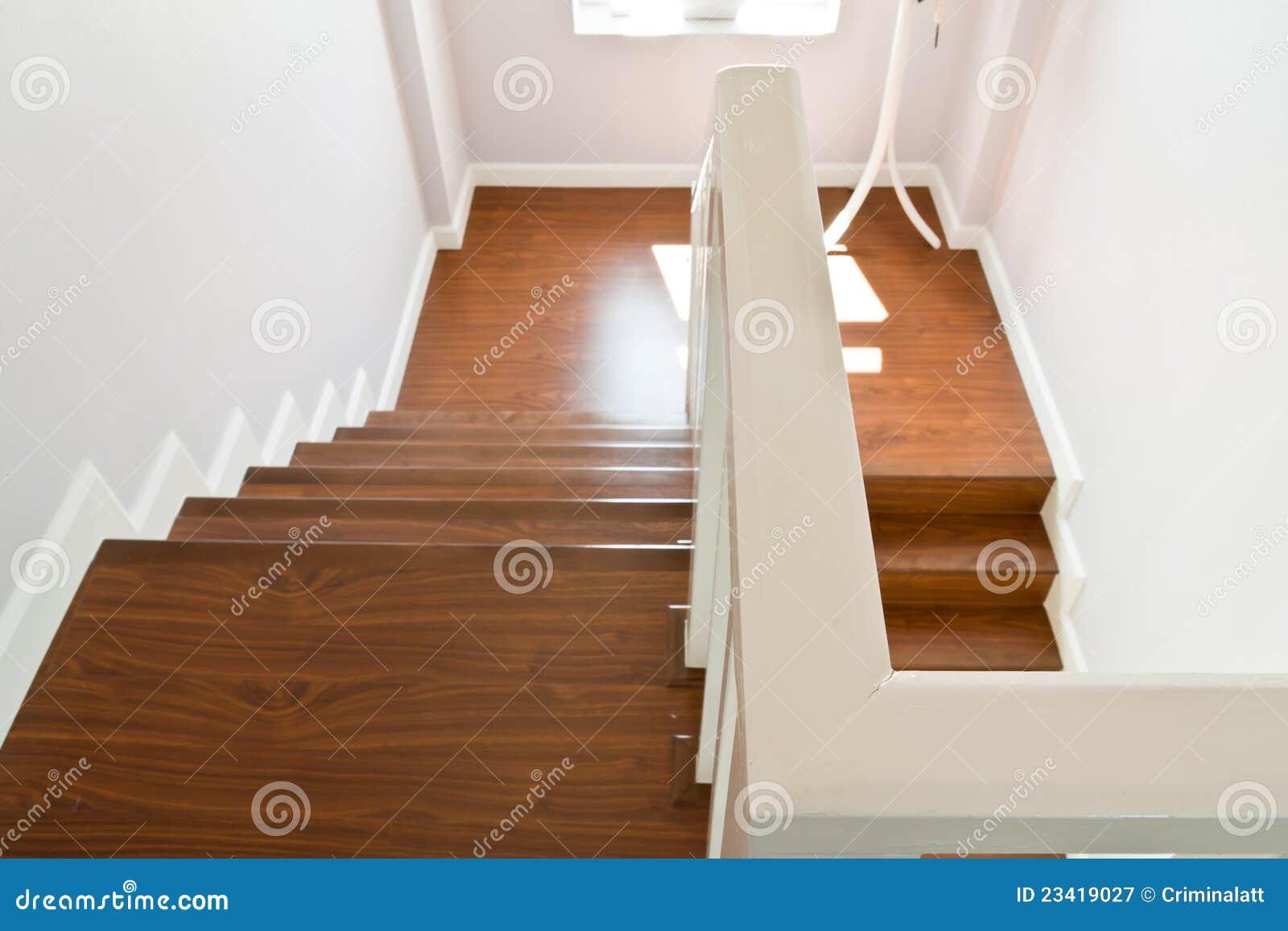 escaleras de madera con el carril de mano fotografa de archivo libre de regalas