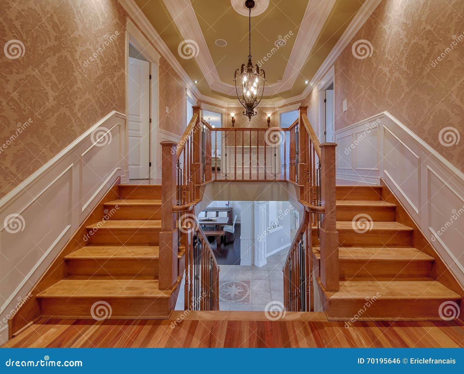 Escaleras de madera dobles en casa de lujo foto de archivo for Casas con escaleras de madera
