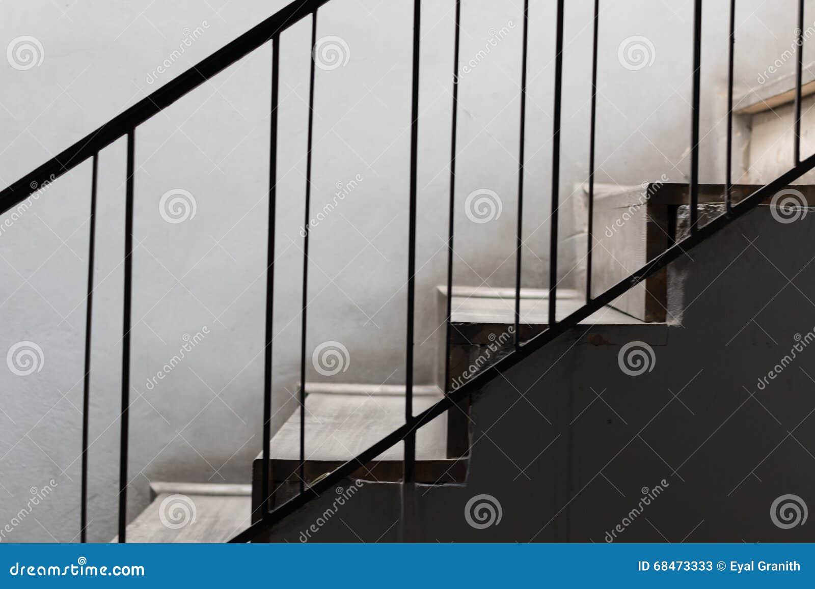 escaleras de piedra con la verja del metal