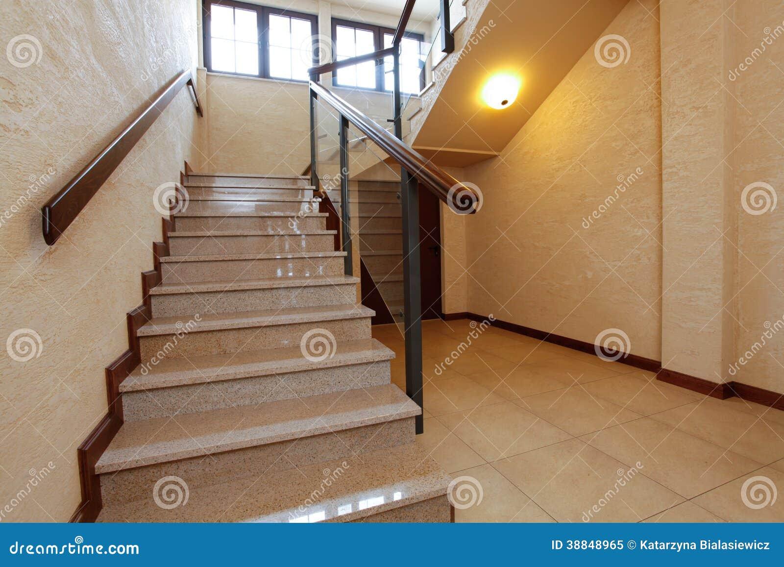 escaleras de piedra modernas con la barandilla de madera foto de archivo