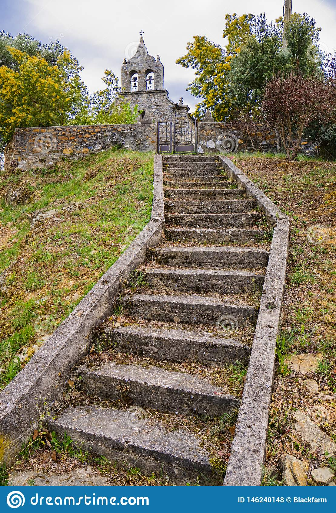 Escaleras de piedra que llevan a una iglesia vieja
