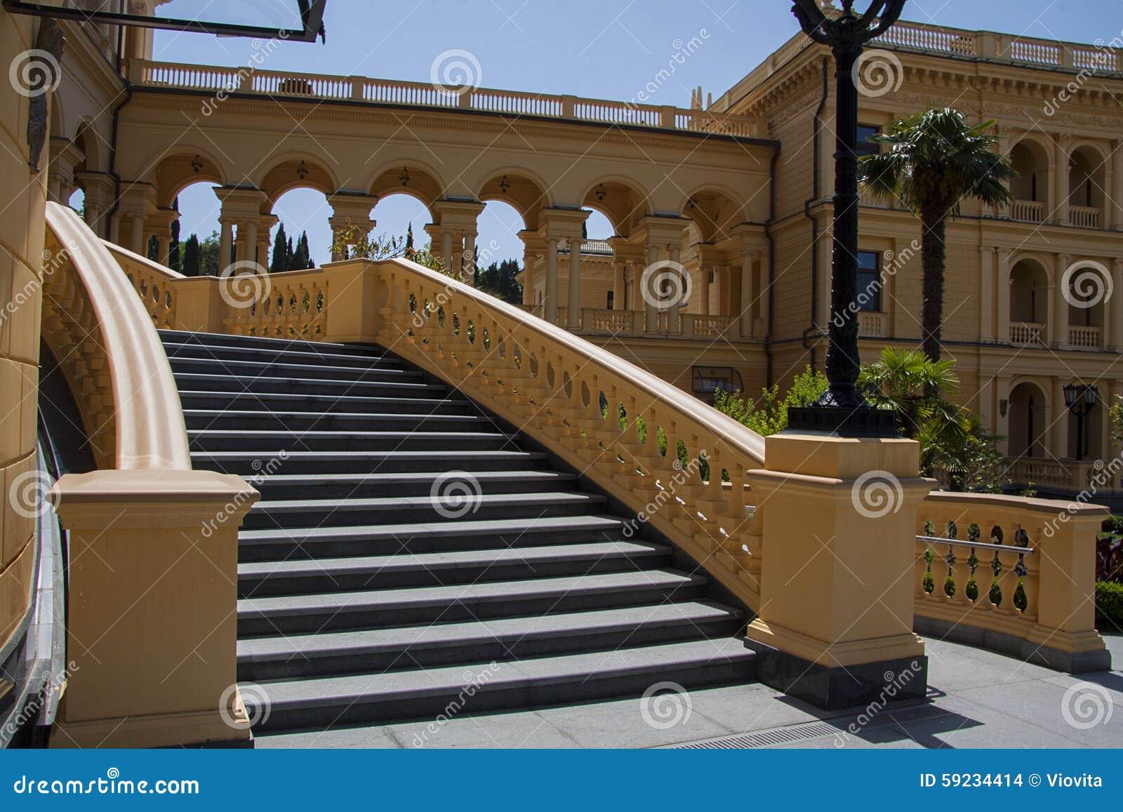 Escaleras del edificio clásico del chalet