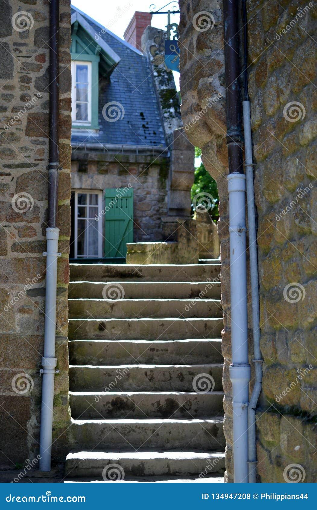 Escaleras en el pueblo hermoso de Mont Saint Michel, Normandía, Francia septentrional, Europa