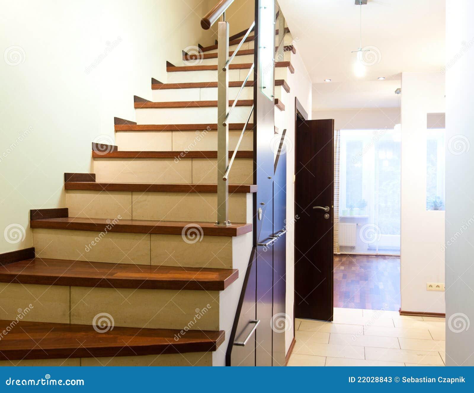 Escaleras en hogar moderno imagen de archivo imagen de for Escaleras interiores precios