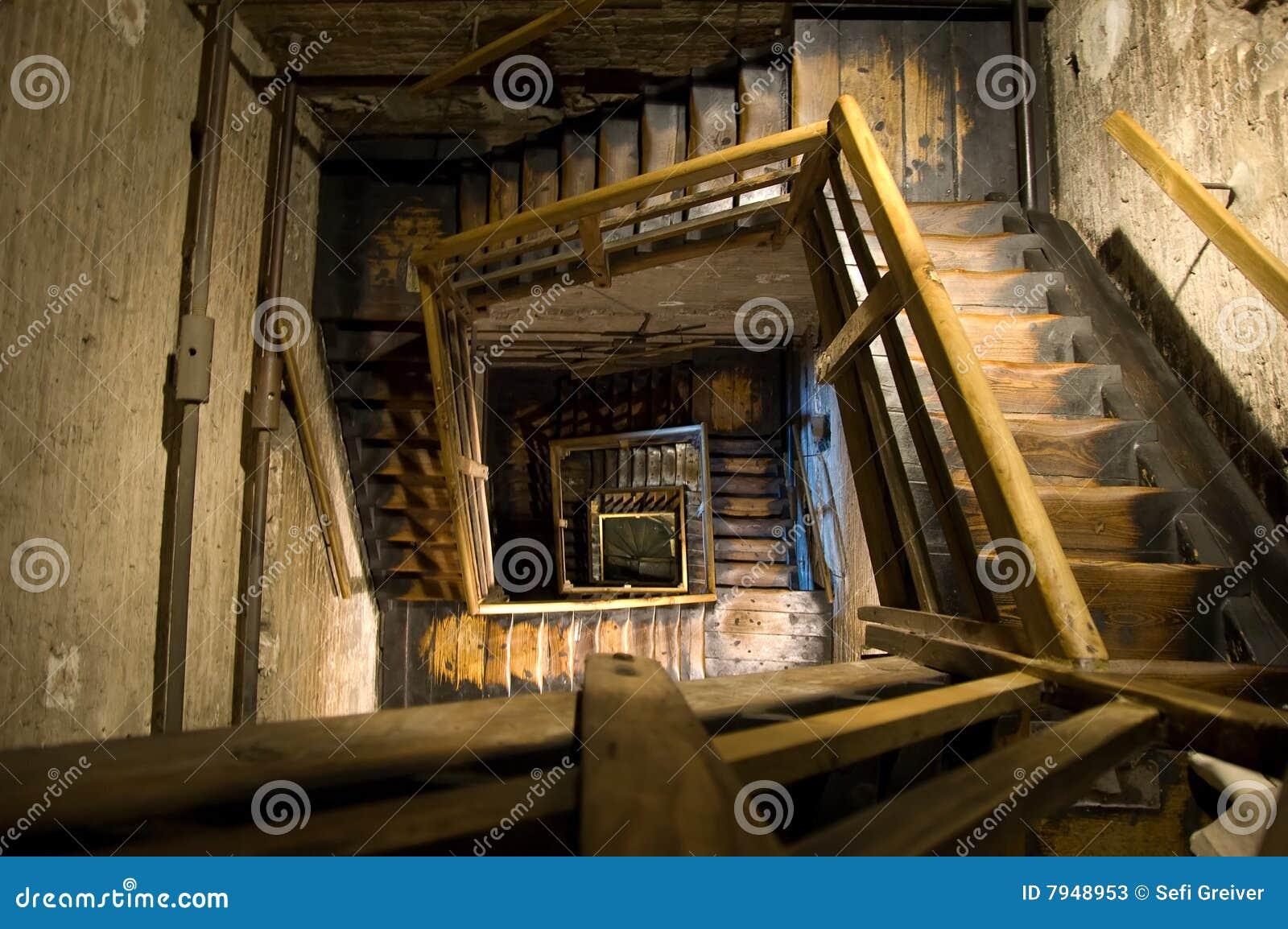 Escaleras espirales rectangulares viejas