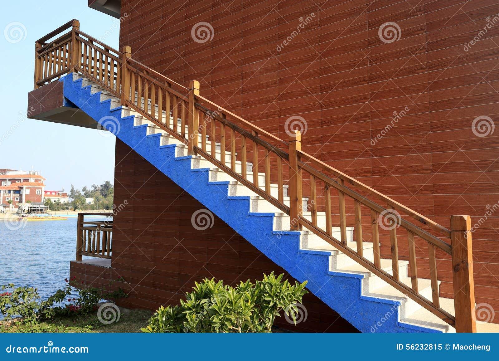 escaleras fuera de la casa de madera imagen de archivo On precio fuera de las escaleras de madera