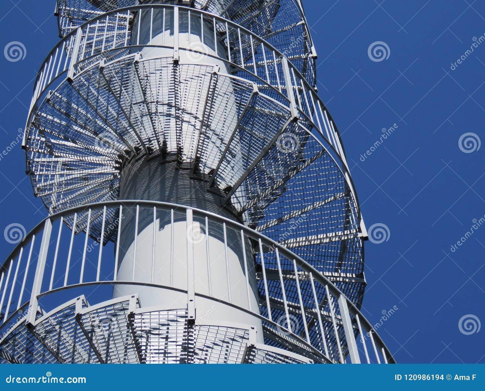 Escaleras giratorias del metal - modelos geométricos