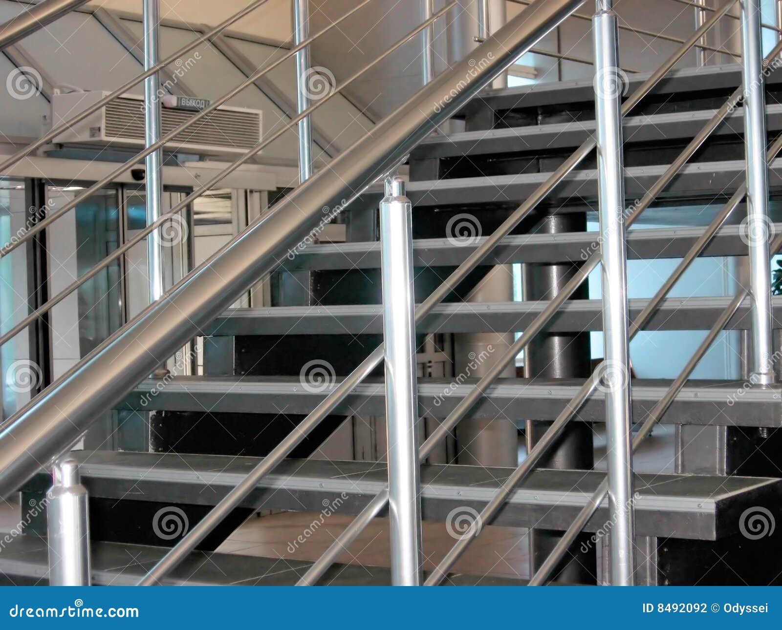 Escaleras met licas modernas fotograf a de archivo for Escaleras metalicas modernas