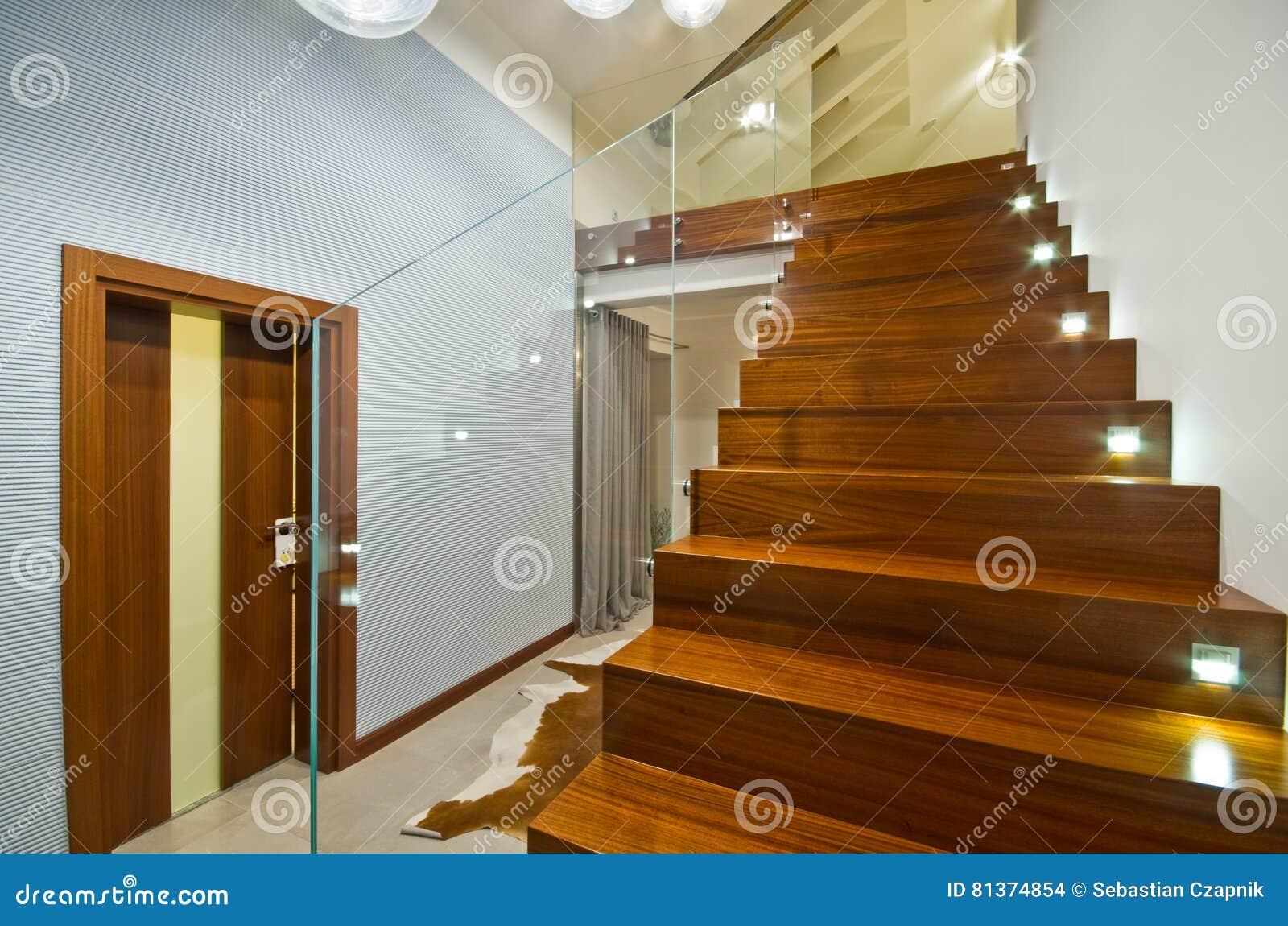 escaleras modernas con la barandilla de cristal imagenes de archivo