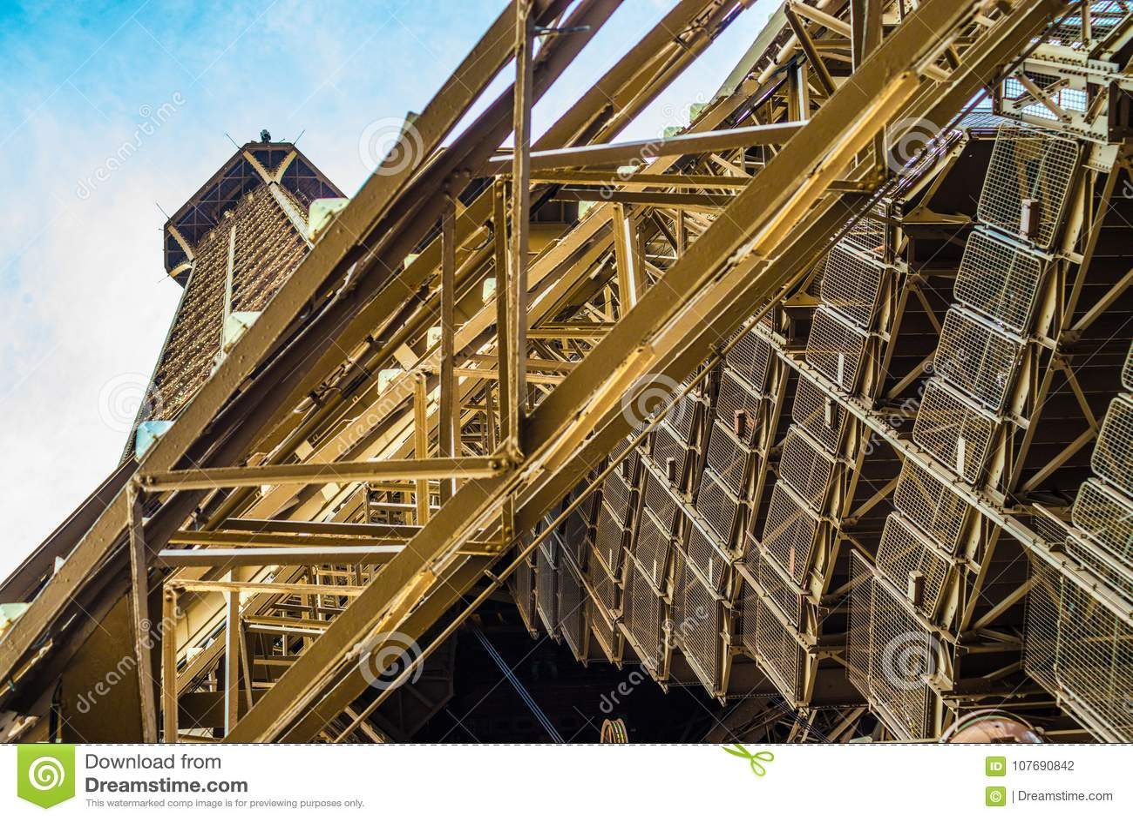 Escaleras numerosas que traen a turistas deportivos arriba y abajo de la torre Eiffel en París