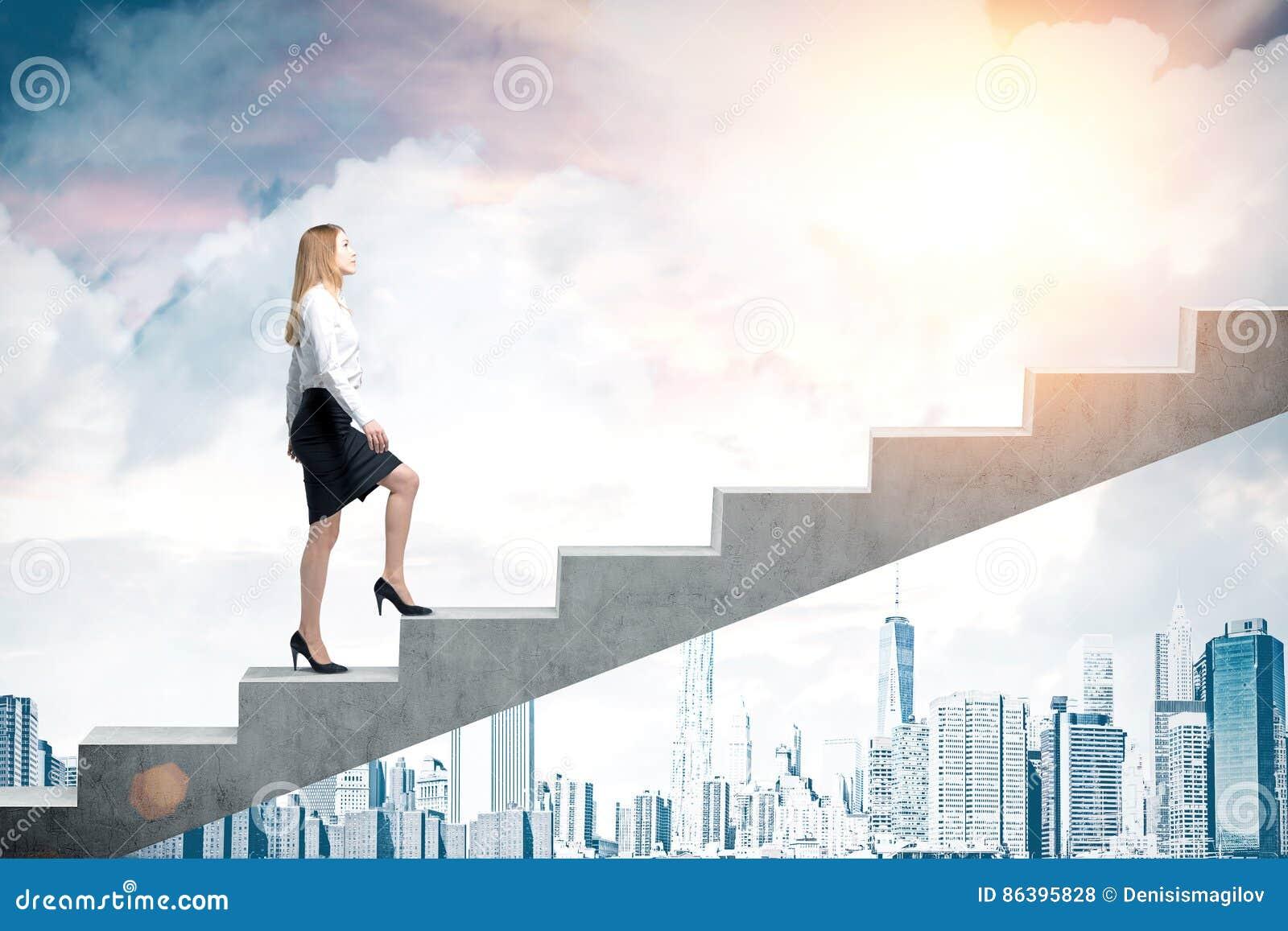 b40d05722 Escaleras Que Suben De La Mujer En Ciudad Foto de archivo - Imagen ...