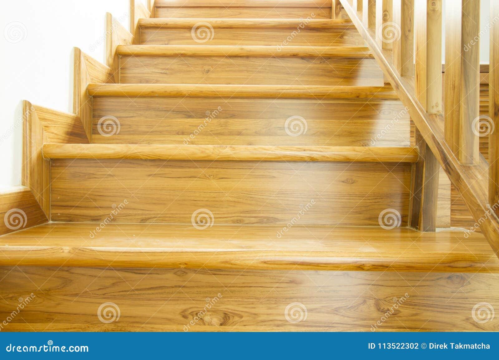 Escaleras y barandilla de madera