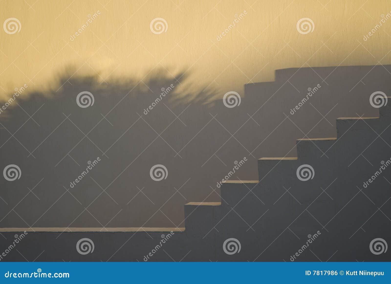 Escaleras y sombras en la puesta del sol