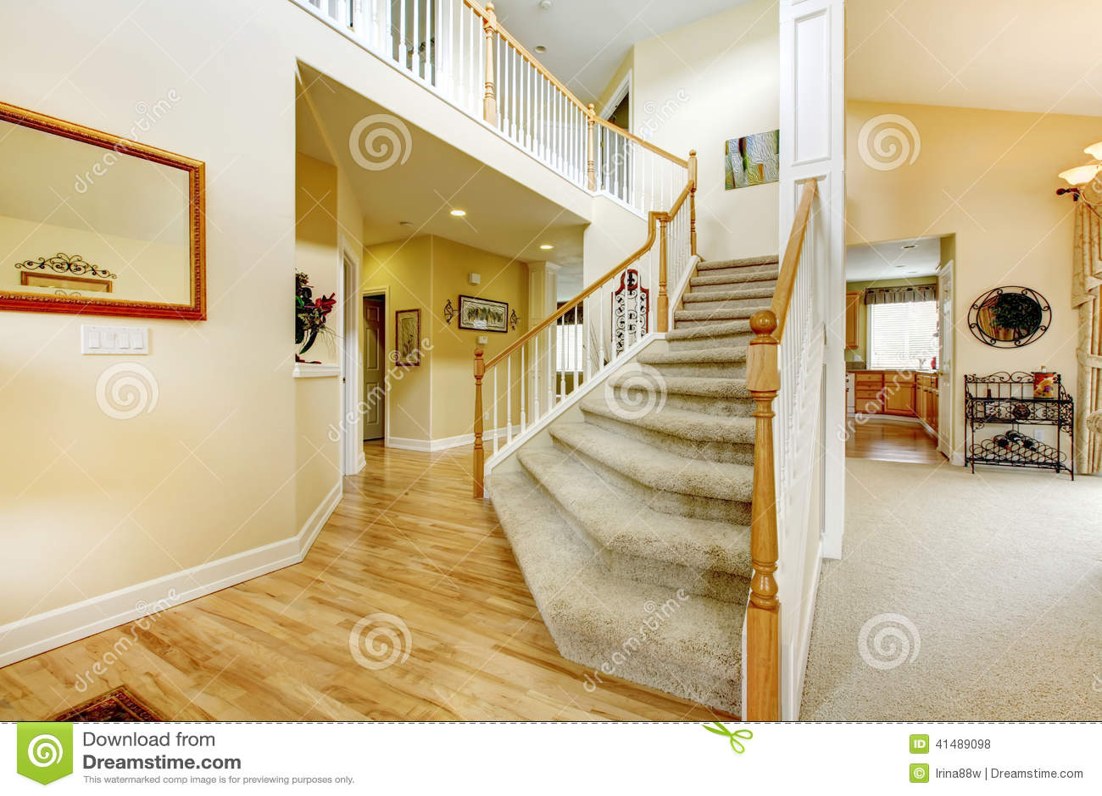 Escalier l gant avec les balustrades blanches dans la - Entree de maison avec escalier ...