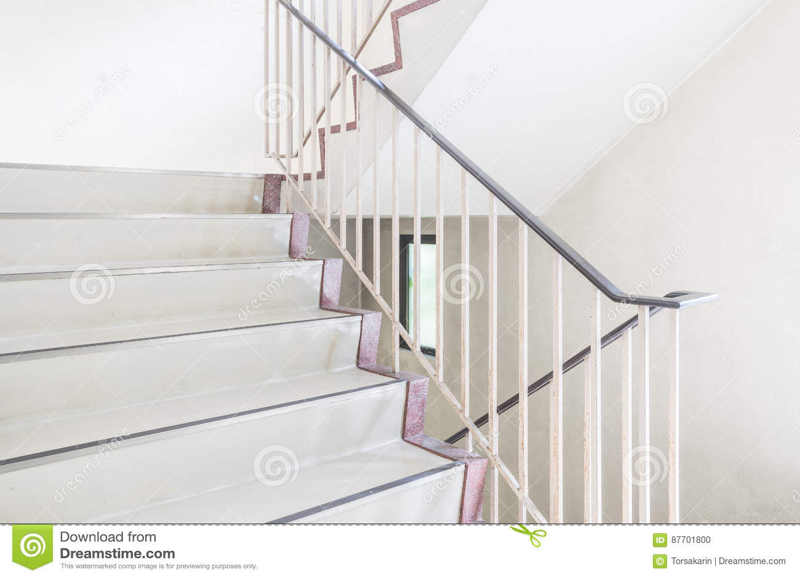 Escalier avec le handrai métallique