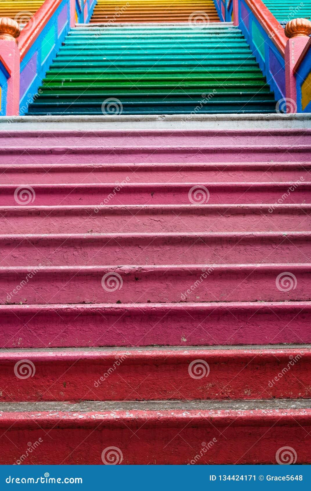 Escalier coloré qui est situé aux cavernes de Batu, Kuala Lumpur