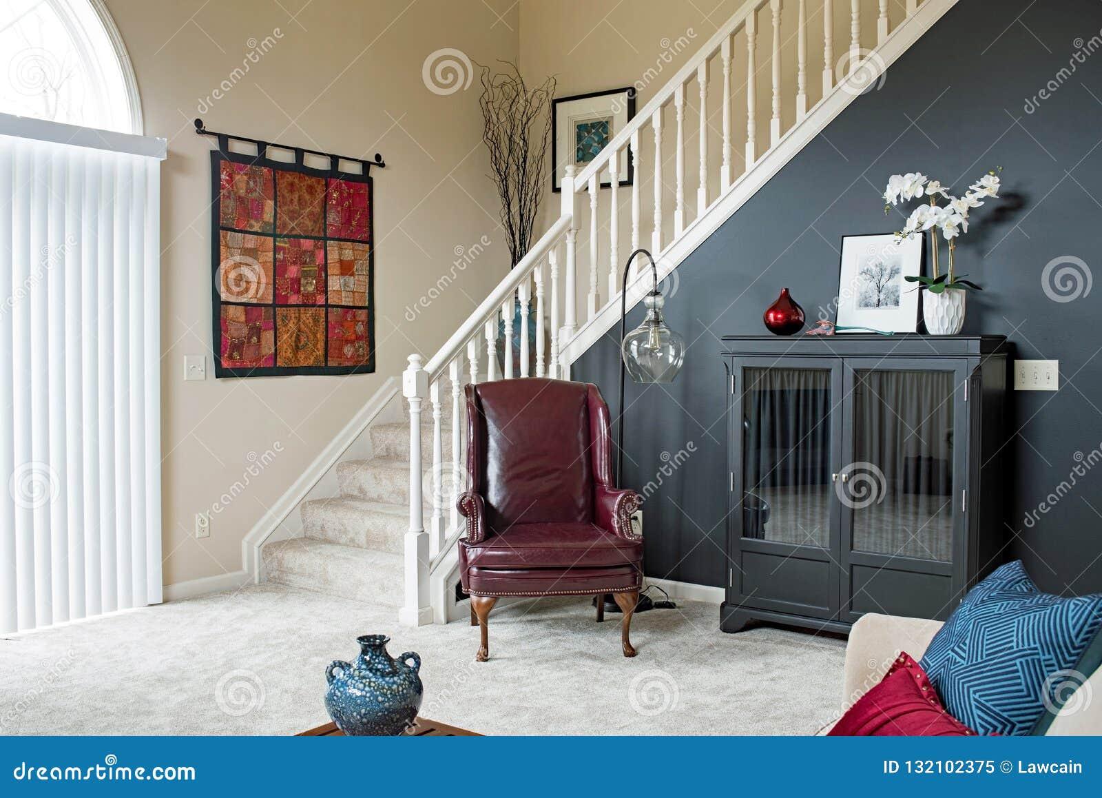 Escalier Dans Un Salon escalier de salon avec le mur noir d'accent image éditorial