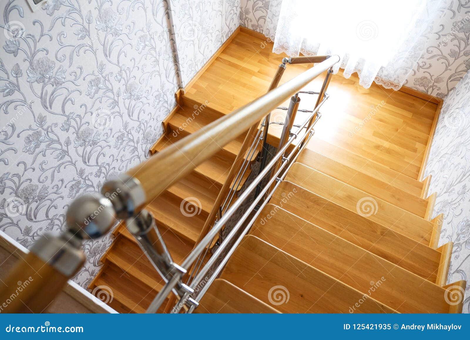 Escalier En Bois Moderne Dans La Maison La Vue à Partir Du Dessus ...