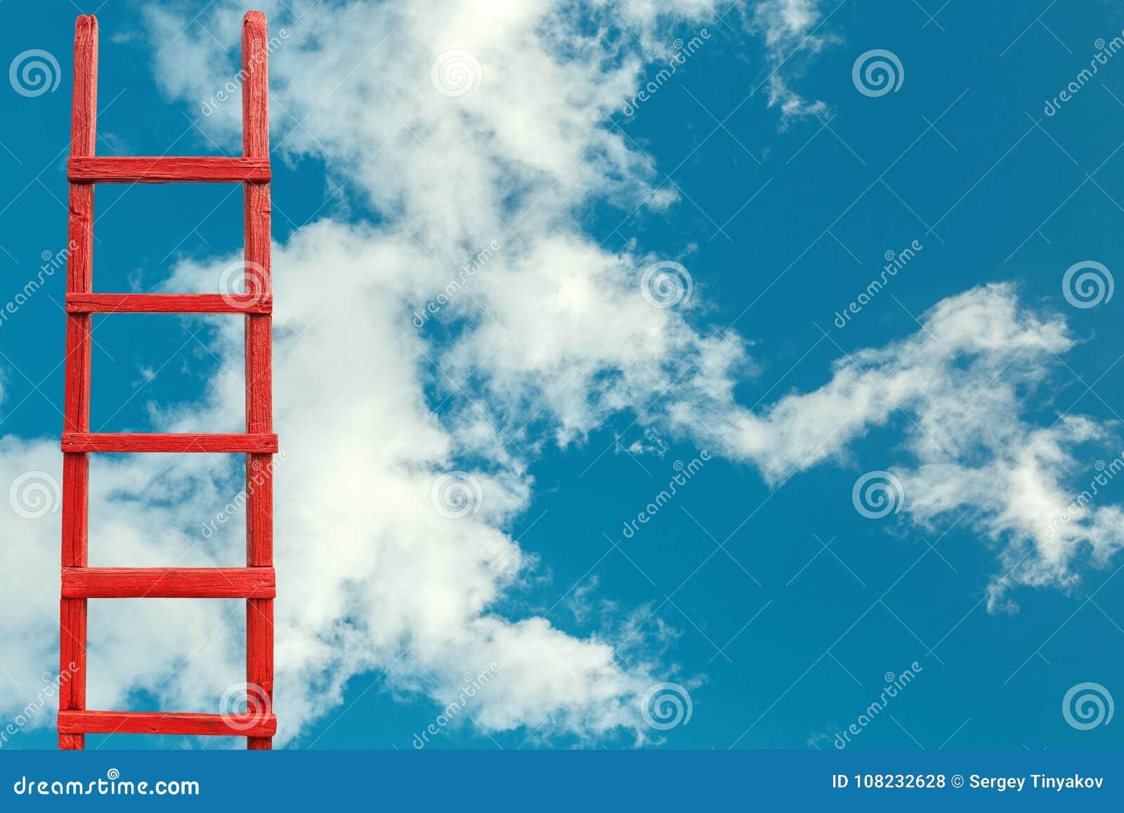Escalier en bois rouge au ciel Route à la réussite Accomplissement de métaphore de carrière de buts