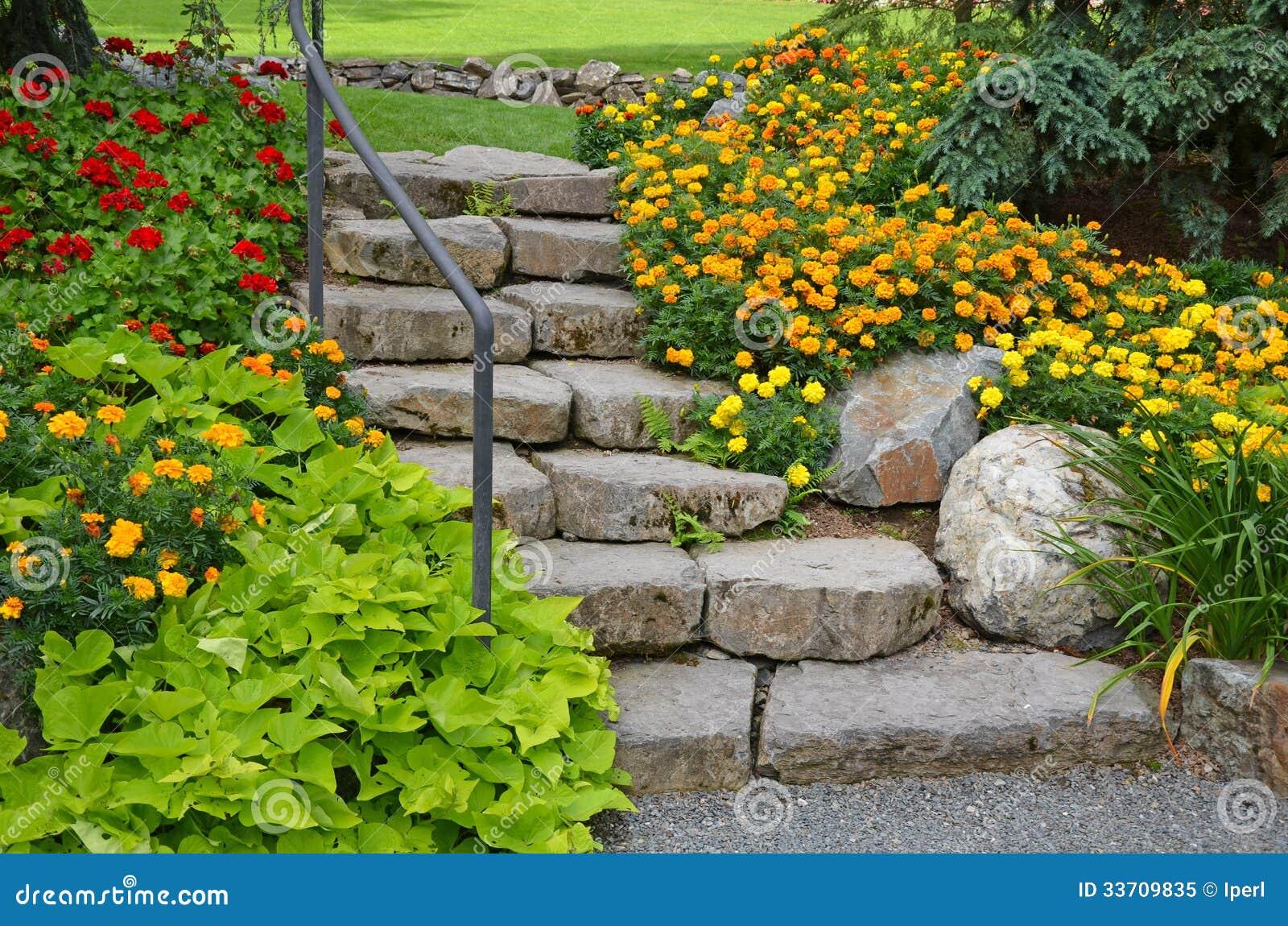 Escalier en pierre de jardin photo libre de droits image for Escalier en pierre jardin