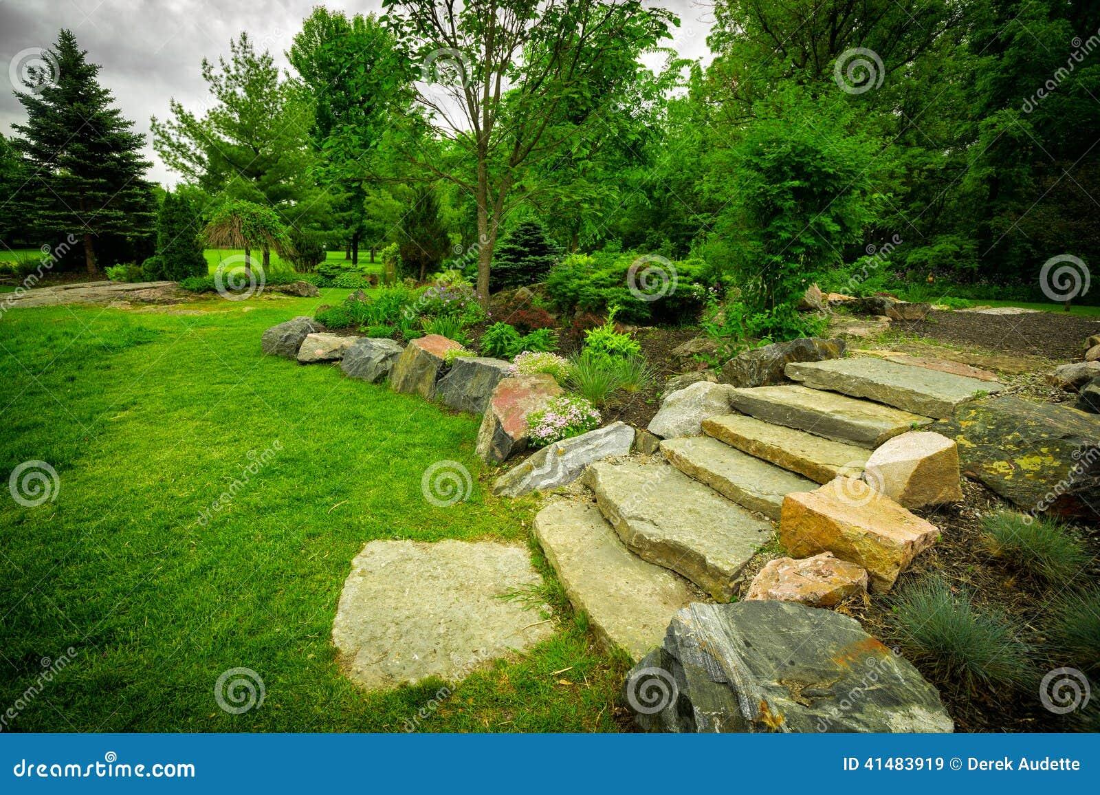 Escalier en pierre sur un chemin vert luxuriant de jardin photo stock image 41483919 for Escalier dans un jardin