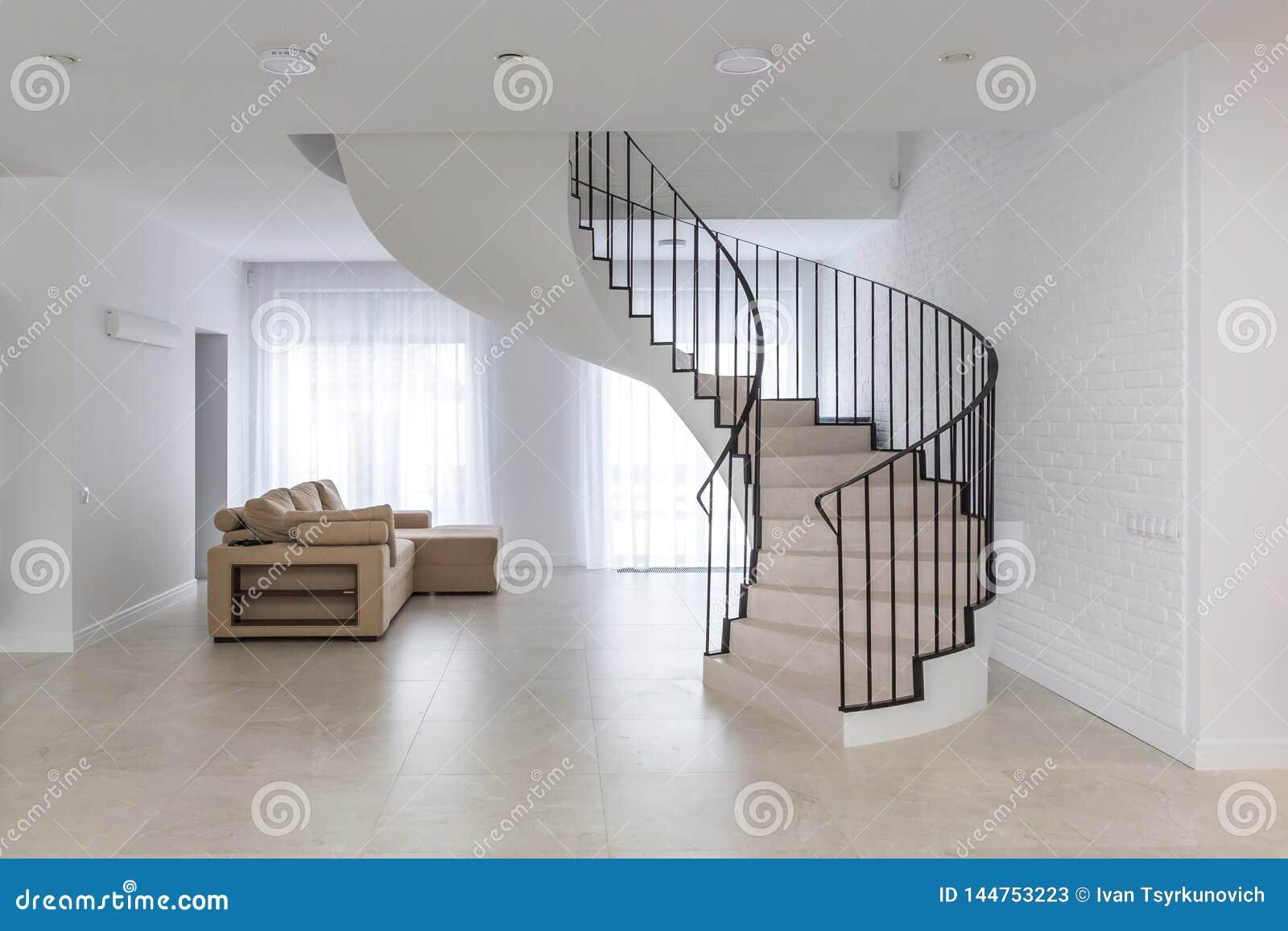 Escalier En Spirale Dans L\'intérieur Lumineux Avec Le Mur De ...