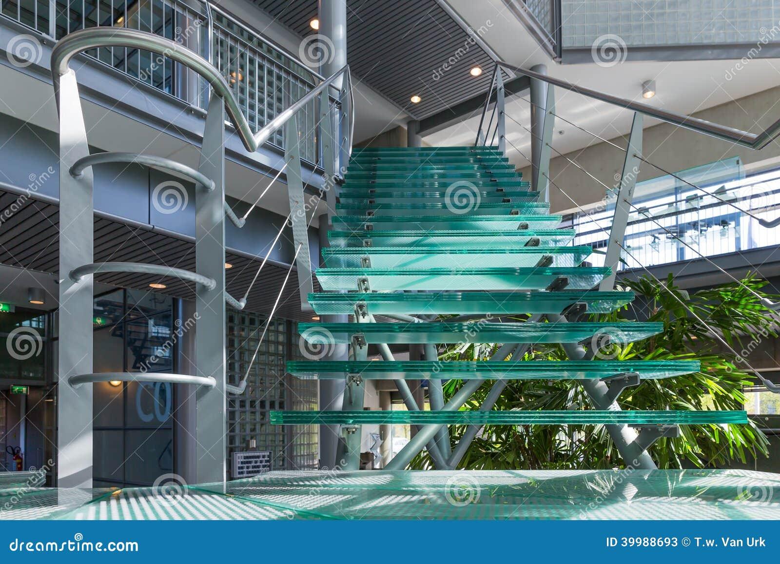 Escalier en verre dans un immeuble de bureaux moderne image stock