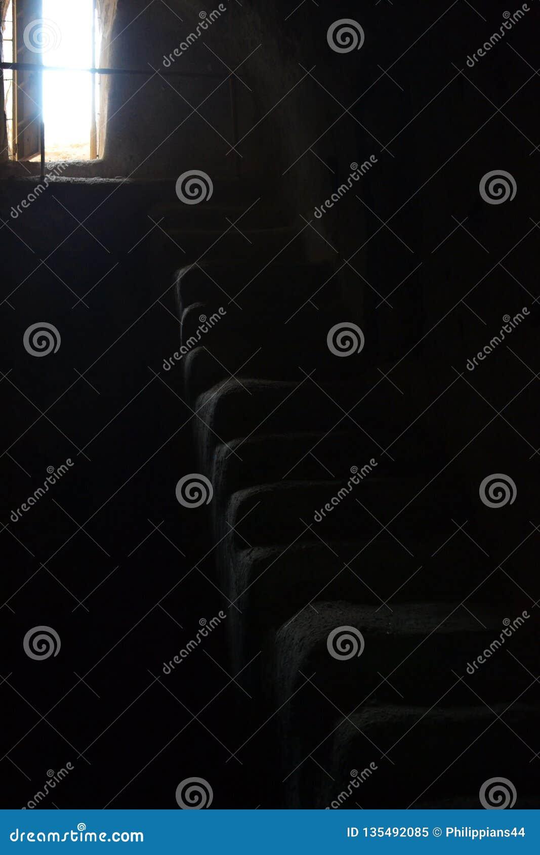 Escalier menant à partir de la chambre noire dans la lumière, Herodion dans Westbank, Palestine, Israël