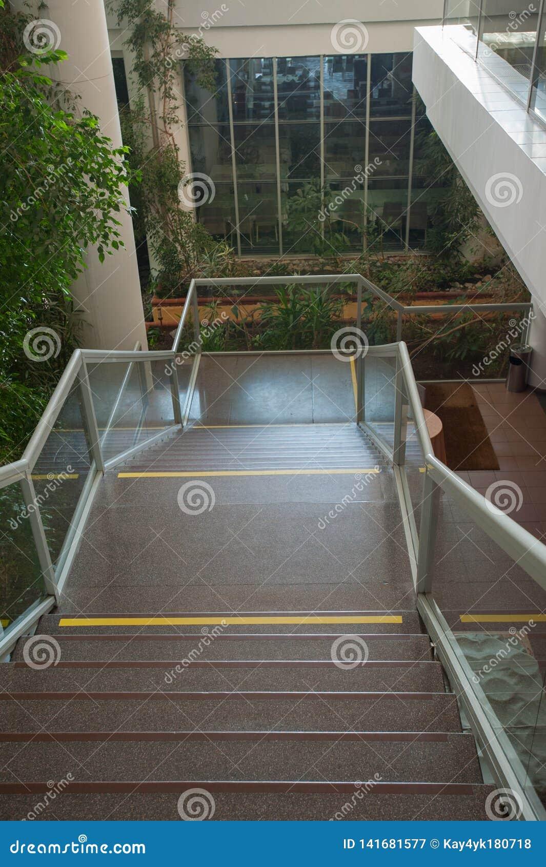 Escalier menant en bas des inscriptions sur les escaliers