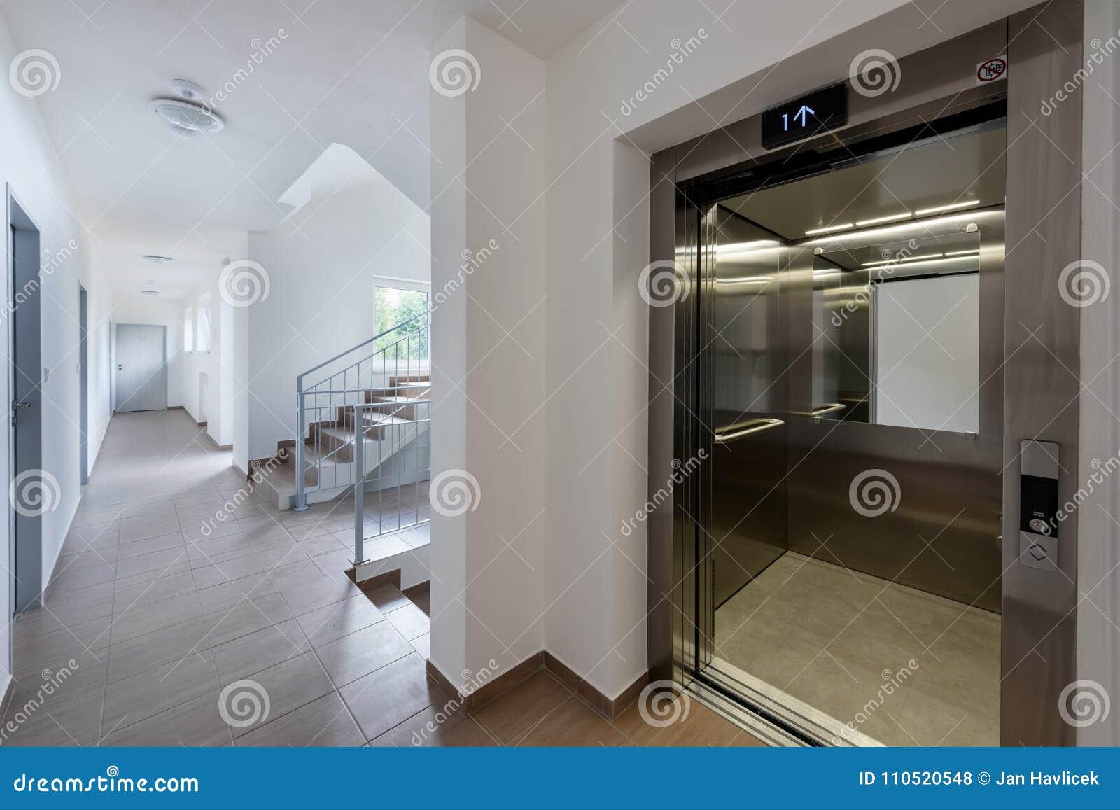 Escalier Moderne Dans Le Nouveau Bâtiment Photo stock ...