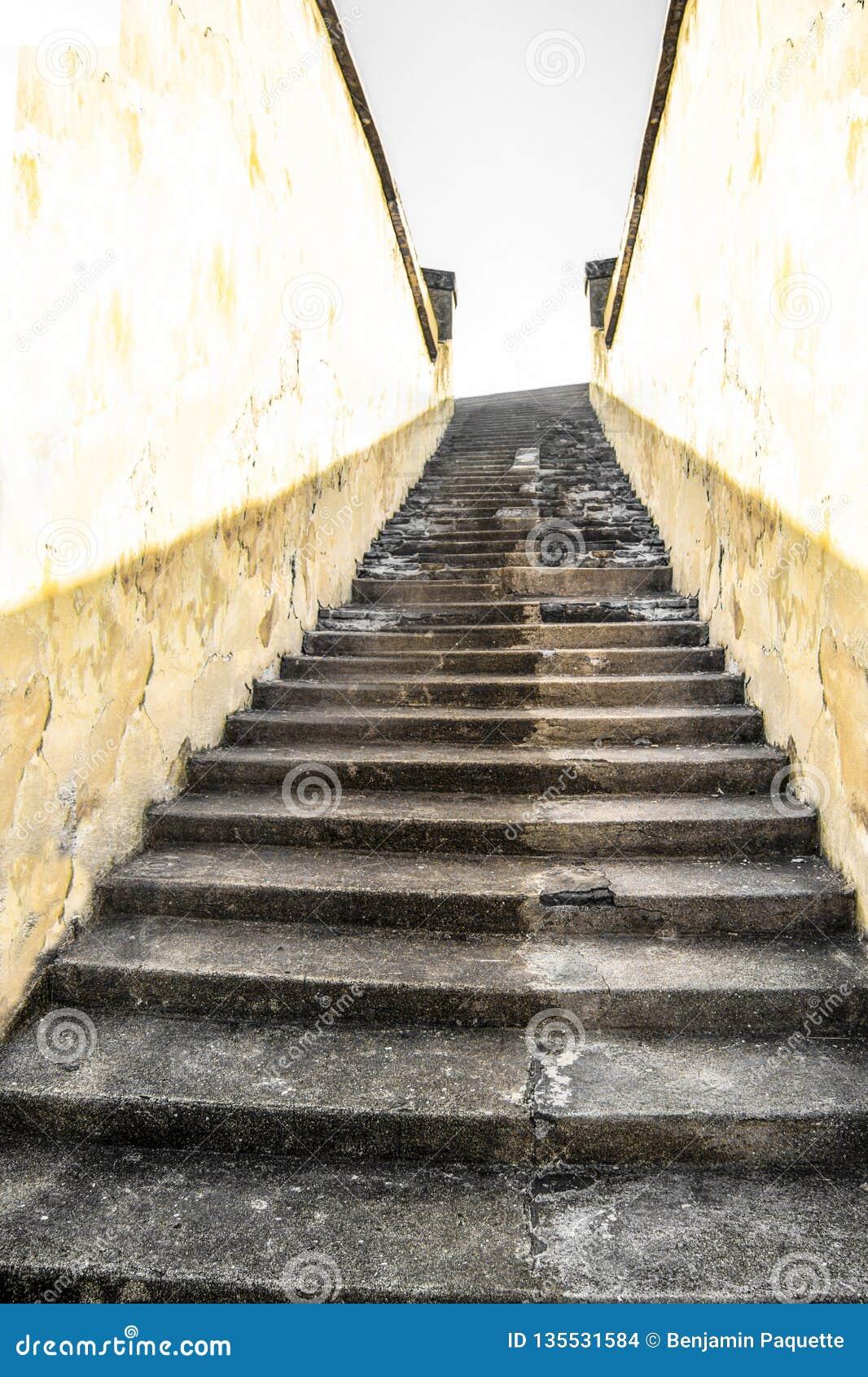 Escalier Bois Entre Deux Murs escalier montant entre deux murs photo stock - image du bois
