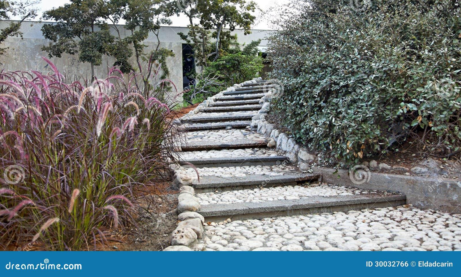 Escalier pastoral dans le jardin urbain image libre de for Le jardin urbain garderie