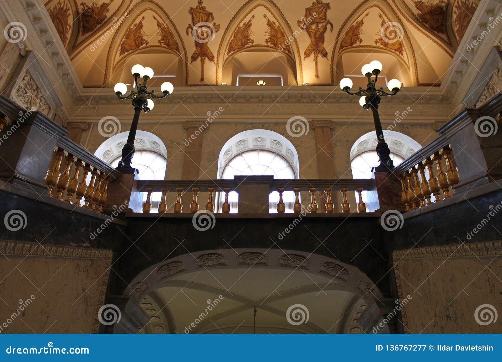 Escalier principal Vue du deuxième plancher Château de Mikhailovsky St Petersburg