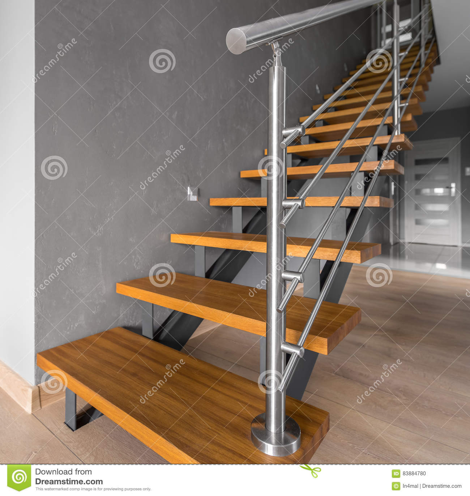 Escalier Simple escalier simple avec la balustrade en acier photo stock - image du