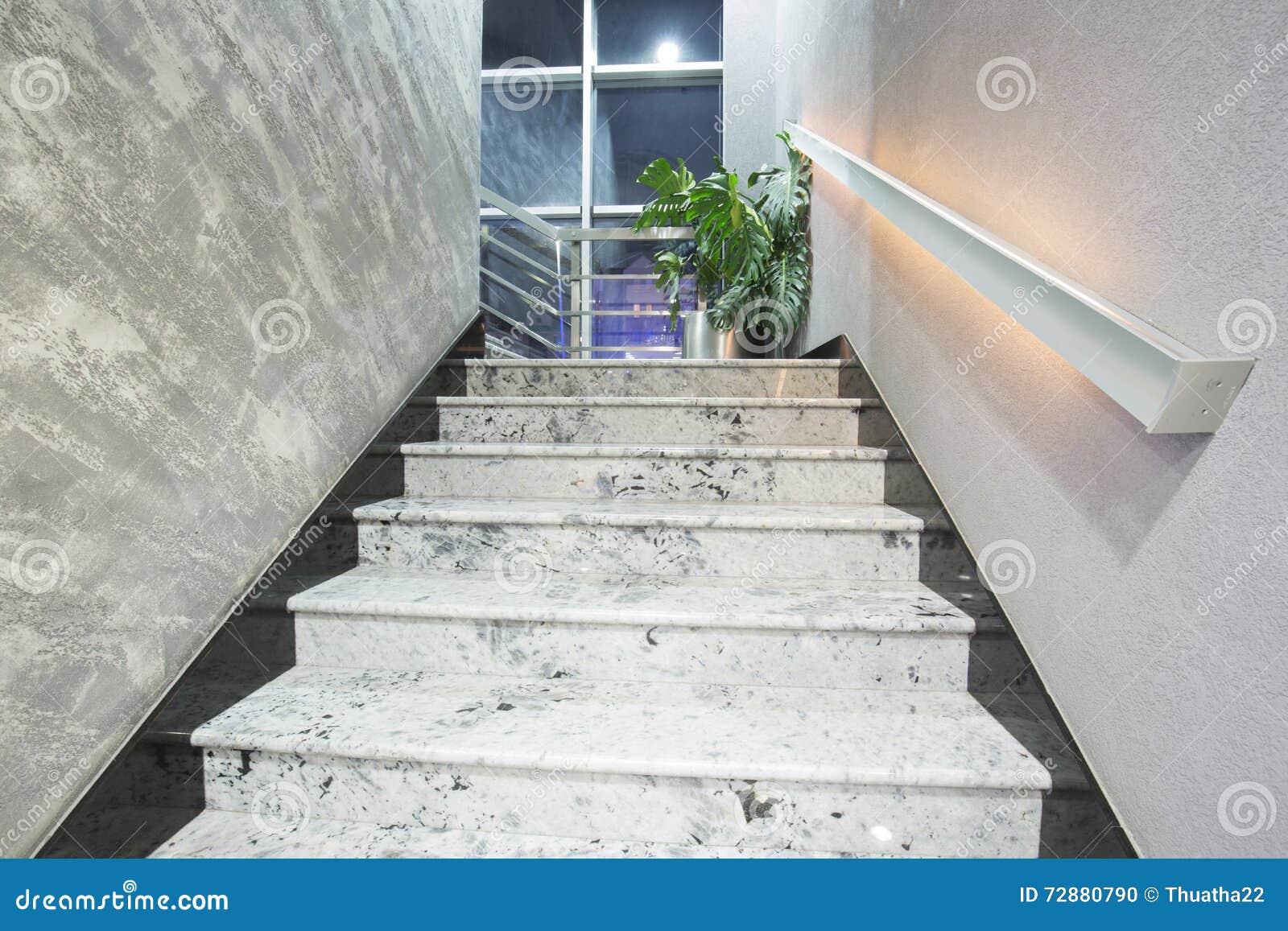Escaliers dans un bâtiment élégant moderne