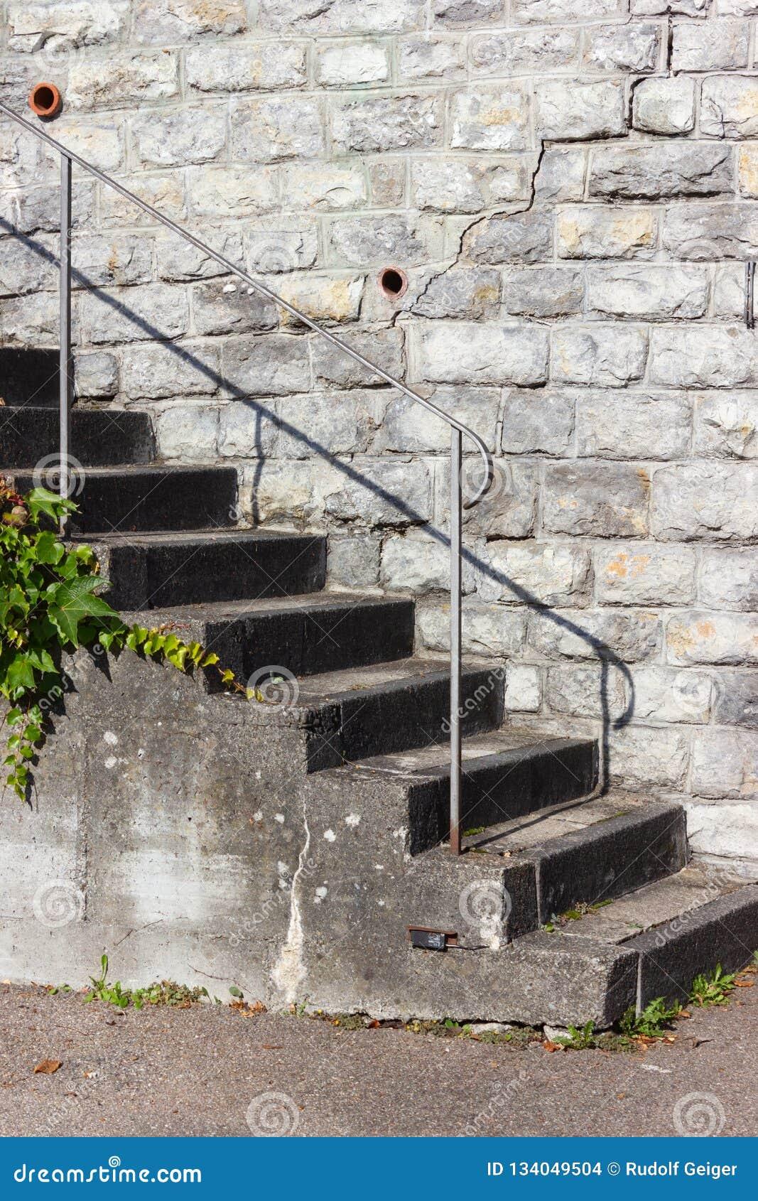 Escaliers De Jardin Faits En Pierre Photo stock - Image du path ...
